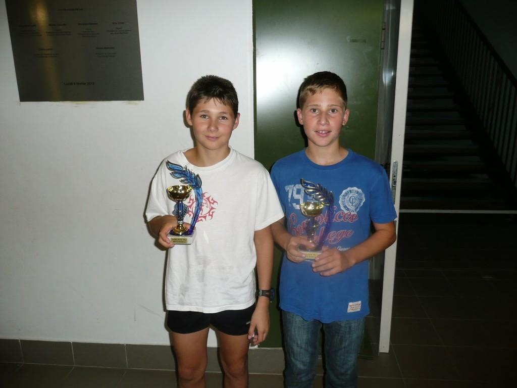Jérémy (à gauche) et Corentin (à droite) avec leur trophée de finaliste.